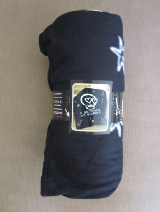New 5 Seconds Of Summer 5sos Skull Hearts Logo Fleece Throw Gift